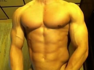 hot Bodybuilder seinen großen Schwanz Streicheln