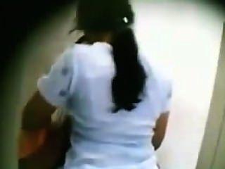 Desi mallu Frau von seinem Freund in bathroom.mp4 küssen