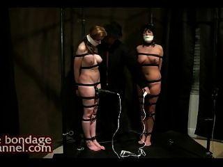 Orgasmus Folter während in der Pfütze von Pussy Säfte stehen