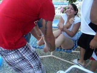 heißes Mädchen erhalten Schuhe und Socken entfernt und im Pool geworfen