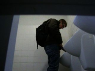 Mann an der Universität gefangen pissing