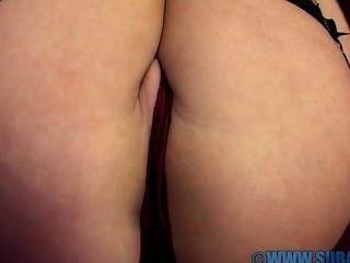 abigail Toyne masturbiert auf dem Sofa