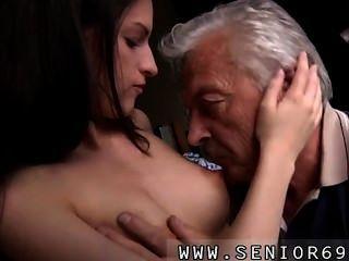 geil Senior bruce fängt Anblick eines schönen Küken hinter einem Nähen sitzen