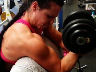 Muskel Mädchen Training im Fitness-Studio