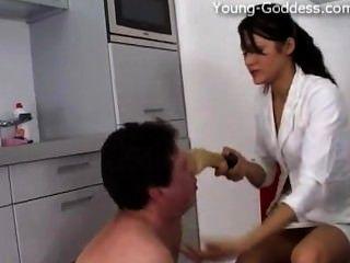 young-goddess.com - Göttin Anna Gold dominiert seinen Sklaven