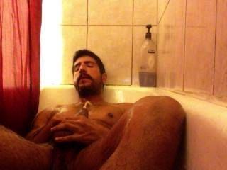 gepisst in der Dusche und wichsen.
