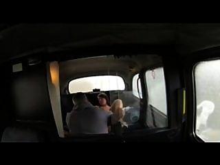 faketaxi haarige Brünette hat Sex mit Taxifahrer