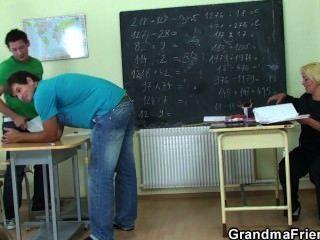 sehr alter Lehrer von zwei Jungen schlug