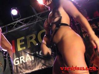 amanda x Driller dick bigtits Brünette auf der Bühne mit öffentlichen durch viciosillos