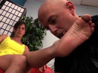 Schuh Lecken und nackten Fuß Anbetung