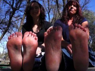 Mutter und Tochter zeigen Füße