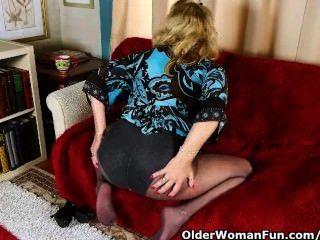 Büro Oma in Strumpfhosen gibt ihre alte Pussy ein Genuss
