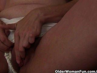 kurvige Milf nimmt Hausarbeit eine Masturbation Pause