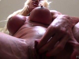 Ashlee Kammern ihre große Klitoris und ein Dildo
