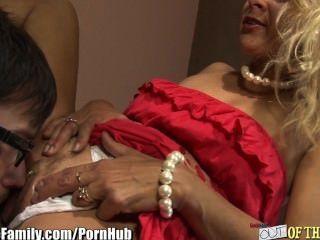 Mutter und Tochter ficken und den gleichen Schwanz blasen