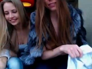 zwei Mädchen in der Öffentlichkeit