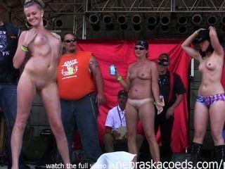 Mädchen mit sportlich kleine Titten wilden Strippen in Amateur nasse T-Shirt gehen