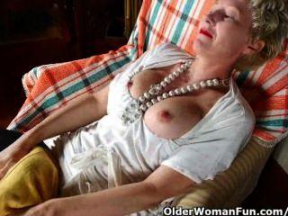 pantyhosed Mutter fickt einen Dildo
