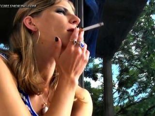 Mädchen rauchen newport 100 Zigaretten trinken Kaffee-thegirlsmoking.