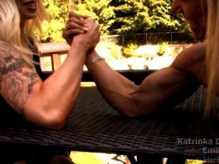 Muskel Mädchen armwrestling