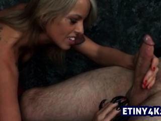 Handjob gehänselt und strich durch eine blonde