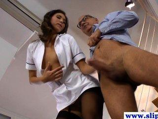 herrlich langbeinigen Krankenschwester Babe in Strümpfen genagelt