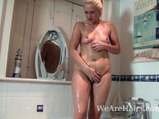 anna Freude nimmt einen seifigen Bad und dann masturbiert