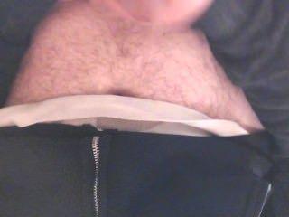Junge in Höschen in der Arbeit Toilette aussteigen