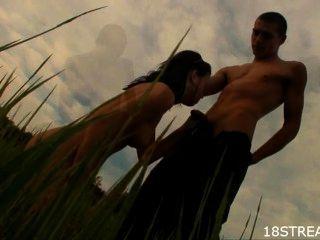 Sex mit einem Brünette in einem weiten Feld