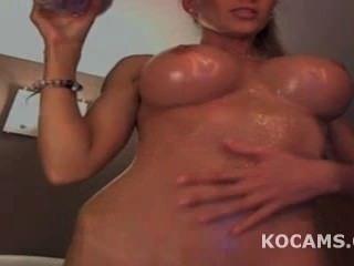 Big Titty Modell necken und ihr Körper eingeölt