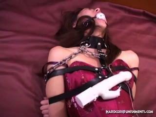 sexy orientalische Babe Ball geknebelt und in Ketten gewickelt
