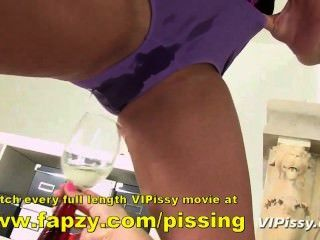 Kinky Teenager versuchen, während in clingfilm gewickelt zu pissen