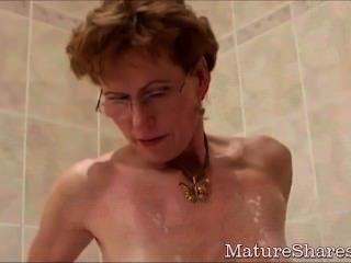 Oma rasiert ihren Schwanz hungrig Vagina