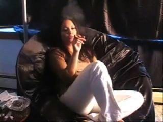 Mädchen rauchen Zigarre am Sofa