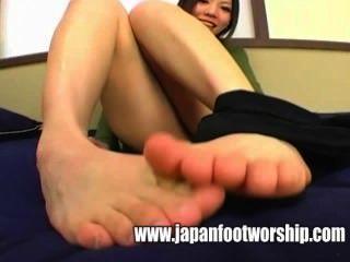 Fußfetisch - nehmen Sie die schwarzen Strümpfe aus