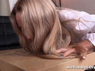 hot blonde Babe genießt pissen PLAYA und einen gerippten Sex-Spielzeug