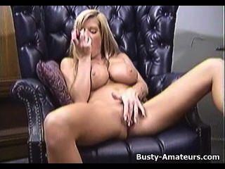 vollbusige Amateur tera masturbiert ihre Muschi