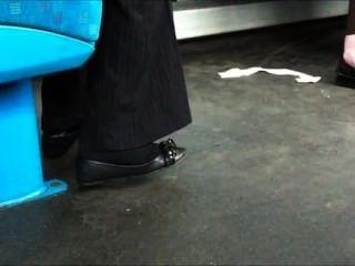Mädchen in schwarzen Socken mit einer Ballerina Shoeplay