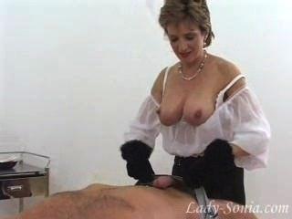 sonia wunderschöne Dame in Pelzhandschuhe abspritzt Schwanz Sklave.
