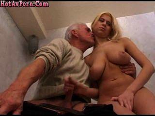blond Babe Teen und alter Mann