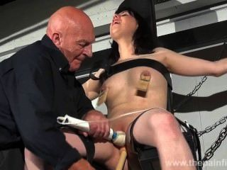 gekreuzt Knechtschaft tit Folterungen und sexuelle Dominanz Brünette schreiender