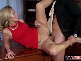 jenny simons sexy blonde jenny in einem roten Kleid wird in einem Unternehmen Teil gefickt
