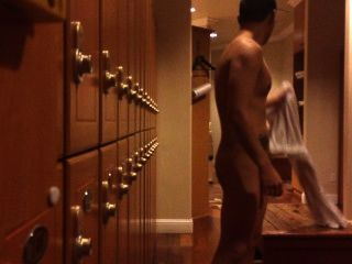 Umkleideraum: nackt Kerl seinen Schwanz gefangen zerren
