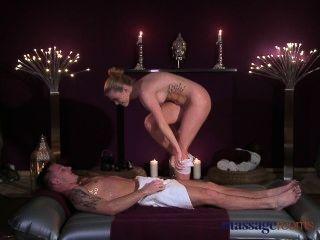 Massageräume Teen Schönheit bekommt einen harten Stampfen und ihren Hintern abgemolken