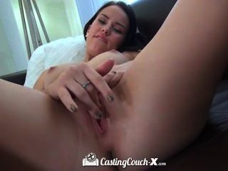 sexy elastischen Brünette bekommt einen sehr guten Fick auf dem Casting