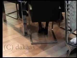 offen Verkäuferin Shoeplay Eintauchens in schwarzen Nylons Strumpfhosen Gesicht