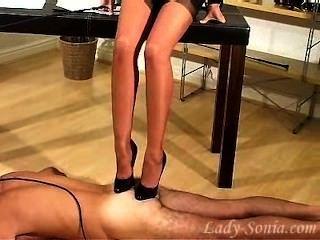charmante Dame sonia einmal mehr ein Sklave zu trainieren.