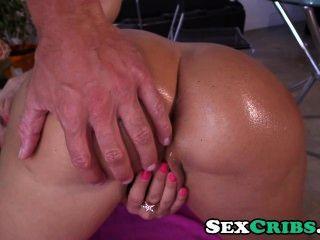 lisa ann spielt mit einem Dildo und harten Schwanz in den Arsch