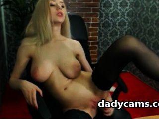 vollbusige Blondine ihre Pussy mit einem Sex-Spielzeug masturbieren