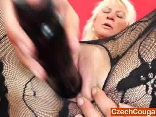 blonde Frau fickt sich mit einem gefälschten Schwanz